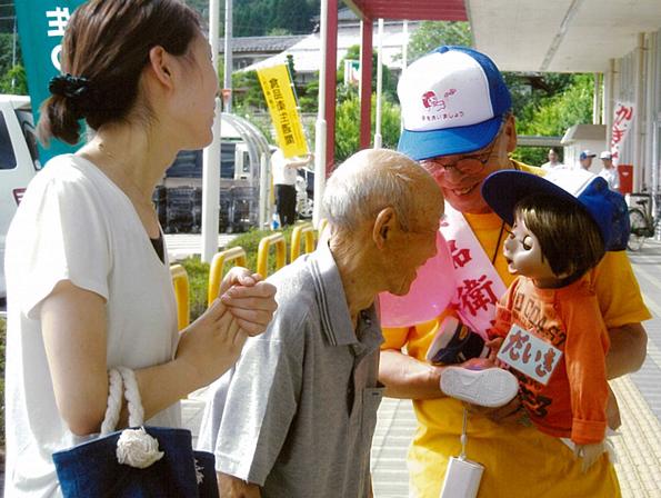「だいき君」は街頭キャンペーンには欠かせない存在です。  ◎ 腹話術を操る棚倉町在住の松本英一さん